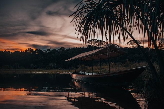 loďka na vodě