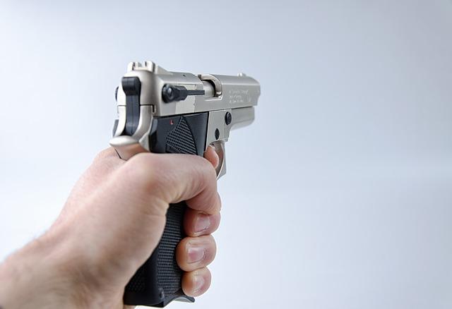 ruka s pistolí